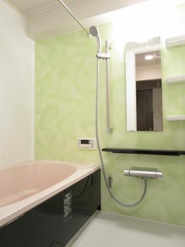 マンションの浴室リフォーム! 「長く使用しているので交換したい」との事で、お客様よりご相談頂きました。 長年使用されて古くなった浴室は、老朽化が進んでいました。 そこで今回、LIXILのマンションリフォーム用システムバス【リノビオV】を提案させて頂きました。
