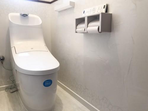 築約25年戸建のトイレリフォームでした。  「せっかくリフォームするなら、同時にトイレもリフォームしてしまいたい!」との事で、 他の部位と共にお話を進めさせて頂きました。  お客様のご家庭には男の子のお子様が二人おられ、使用時の飛び散りが気になるとの事でした。 そこで、タカラの【ホーロークリーントイレパネル】をご提案させて頂きました。 トイレ本体は、LIXILの【プレアスHS】を設置されました。