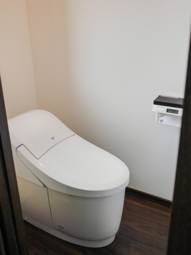 戸建のトイレリフォームでした。 「ウォシュレットが壊れたのでリフォームしたい」とご相談頂きました。  そこで今回、LIXILのトイレ【プレアス】への交換に加え、 クロスやクッションフロアなど内装についてもご提案させて頂きました。