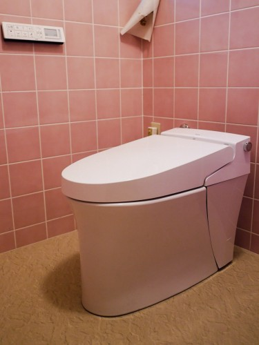 築50年戸建のトイレリフォームでした。  お客様は、当店にご相談頂く1週間前にも一度修理を行ったとの事。 しかし、再び水漏れしてしまい、本体の交換をご決断されました。  そこで今回、LIXILのトイレ【サティスS】への交換に加え、内装についてもご提案させて頂きました。