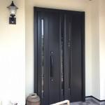 玄関ドアの交換工事でした。  築20年のお家の玄関ドアで老朽化が進んでいました。 外壁塗装の工事をする際に、玄関ドアのリフォームも同時にしたいとご相談頂きました。  「断熱性に優れたドアに交換したい」とのご希望だったので、 LIXILの【リシェント】をご提案させて頂きました。