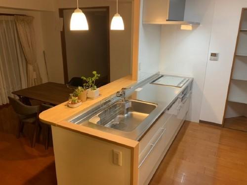 築10年マンションのキッチンリフォームでした。  今回は「圧迫感のあるキッチンスペースを開放的にしたい」とご相談頂きました。 そこで、吊戸部分の撤去をご提案致しました。