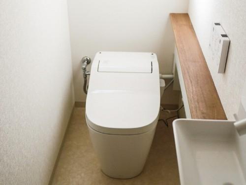 築35年戸建のトイレリフォームでした。  築年数が古く、タイル張りのトイレであったため、冬場も非常に寒くて困っておられました。 水漏れもしており、このまま放置すると被害が大きくなるため、今回のリフォームに踏み切られました。