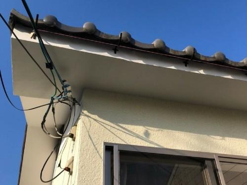 築20年木造一戸建の台風被害の補修工事のご紹介です。  9月に発生した台風により、ベランダの屋根が吹き飛び、それにつられ瓦屋根、外壁材がめくれ上がる被害に遭われたとの事。 急を要する状況でしたので、早急に対応させて頂きました。