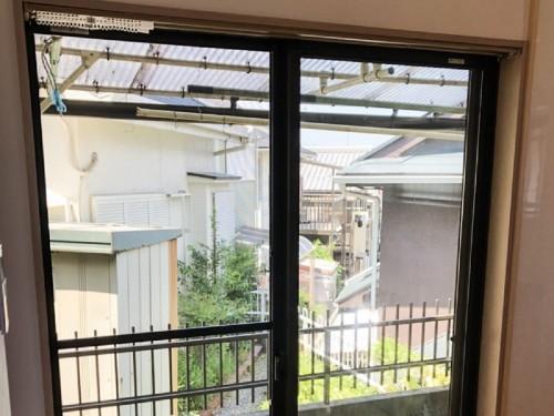 築35年戸建の窓リフォームのご紹介です。  単板のガラスで開口部も大きかったため夏は冷房もきかない状態で、冬は寒さで朝起きると結露がしていました。 部屋内で暖房をつけても結露していて、その都度拭いておられました。  そこで今回、LIXILの【サーモス】へのサッシ交換を提案致しました。