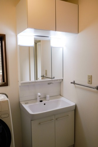 築20年木造一戸建の洗面所リフォームのご紹介です。 老朽化に伴い、洗面化粧台の交換工事を行いました。