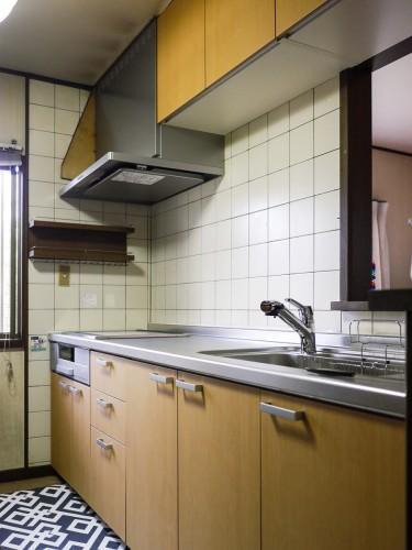 築25年戸建てのキッチンリフォームのご紹介です。  水漏れやお掃除しても落ちない汚れにお悩みの時に、弊社のキッチンのキャンペーンチラシを見られてご来店頂きました。 そこで今回、LIXILのキッチン【シエラ】をご提案させて頂きました。