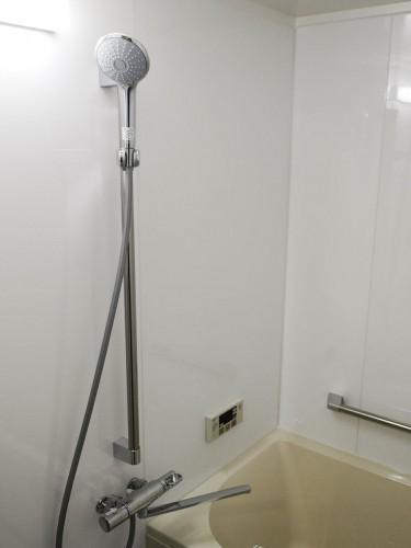 築20年マンションの浴室リフォームのご紹介です。  水廻りの老朽化が進み、浴室内にカビが生えたり水栓に水漏れがあったため、リフォームに踏み切られました。 そこで今回、LIXILのマンションリフォーム用システムバス【リノビオ】をご提案させて頂きました。