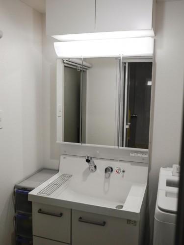 築20年マンションの洗面所リフォームのご紹介です。  老朽化に伴い、水栓の漏れが止まらず、常にポタポタと水滴が落ちる状態となっておりました。 そこで今回、洗面化粧台の交換工事、内装工事を提案致しました。