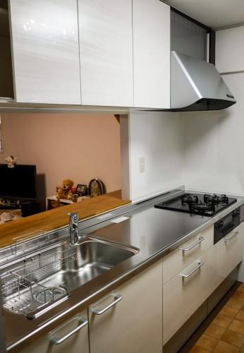 築20年マンションのキッチンリフォームのご紹介です。  収納量に対する不満や、排水管の劣化を気にされていました。 そこで今回、LIXILのキッチン【シエラ】へのご交換を提案致しました。