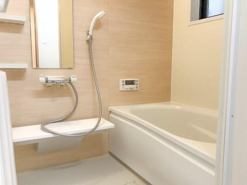 築40年戸建の浴室リフォームのご紹介です。   空き家の状態が続いており、雨漏りで劣化が進んでいました。 そこで今回、TOTOのシステムバス【サザナ】をご提案致しました。