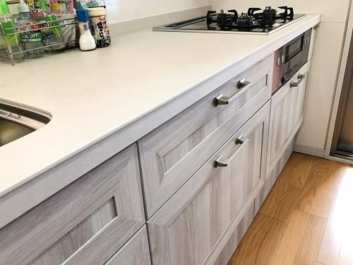 築20年マンションのキッチンリフォームのご紹介です。  老朽化がすすんでおり、シンクからの水漏れをきっかけにリフォームをご決断されました。 お客様へはLIXILのシステムキッチン【リシェルSI】を提案させて頂きました。