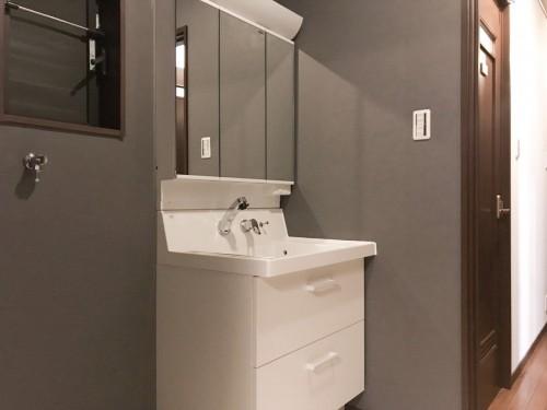 築16年戸建の洗面所リフォームのご紹介です。  老朽化に伴い、リフォームについてご相談頂きました。 そこで今回、LIXILの洗面化粧台【ピアラ】へのご交換を提案致しました。