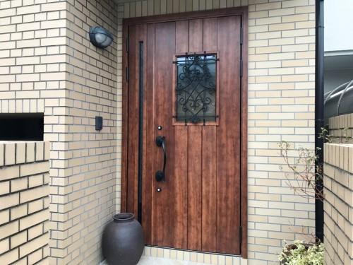 築30年戸建の玄関リフォームのご紹介です。 アルミの玄関ドアから木目調の玄関ドアに様変わりしました。