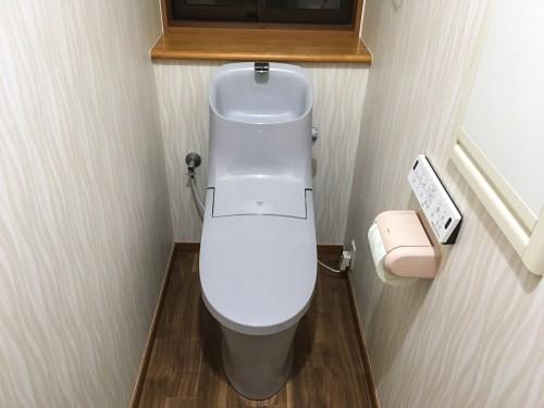 築14年戸建トイレリフォームのご紹介です。 今回は、掃除がしやすいトイレにしたいというお悩みをお聞きし、 建築当時からお使いになられていたトイレをLIXILのアメージュZAに交換致しました。