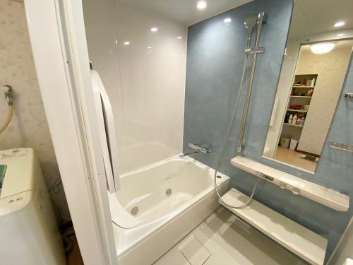 肩湯でリラックスできる浴室に